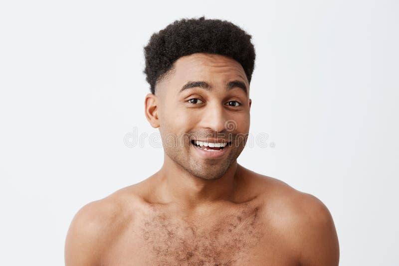 Zakończenie up młody atrakcyjny atrakcyjny rozochocony skinned mężczyzna ono uśmiecha się z z afro fryzurą z nagą półpostacią obraz royalty free