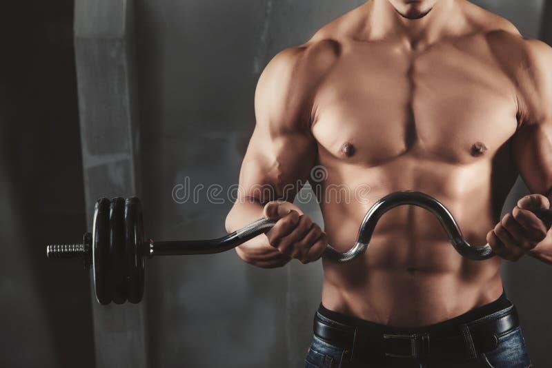 Zakończenie up młodzi mięśniowi mężczyzna udźwigu ciężary zdjęcia royalty free