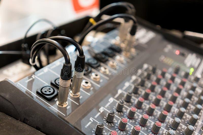 Zakończenie up muzyczna melanżeru wyrównywacza konsola dla melanżer kontrola soun zdjęcie stock