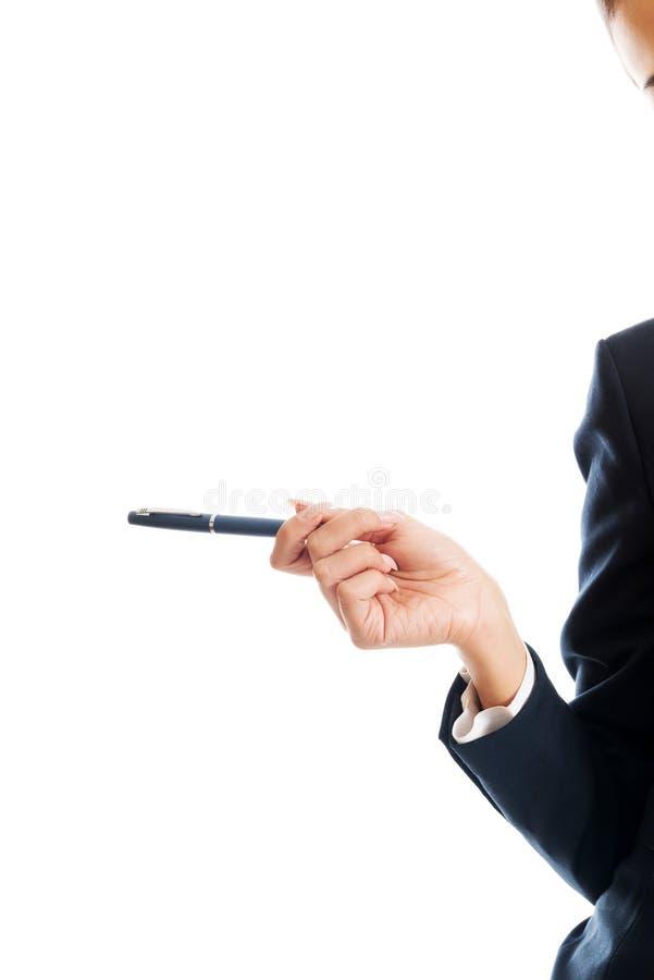 Zakończenie up na bizneswoman ręce trzyma pióro fotografia royalty free