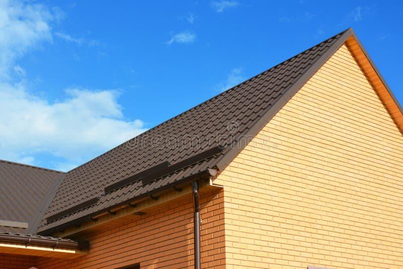 Zakończenie up na dachowych śniegów strażnikach, dachowej rynnie i metalu dekarstwa budowie, zdjęcie royalty free