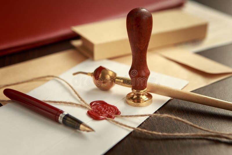Zakończenie up na kobiety ` s notariusza społeczeństwa ręki atramencie stempluje dokument Notariusza społeczeństwa pojęcie obraz royalty free