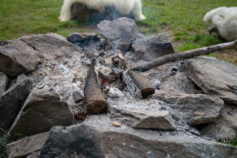 Zakończenie up obozu ogień robić kamienia pierścionek autentyczny, tradycyjny, fotografia stock