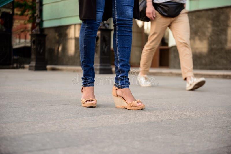 Zakończenie up par nogi w keds chodzi w dół ulicę obrazy royalty free