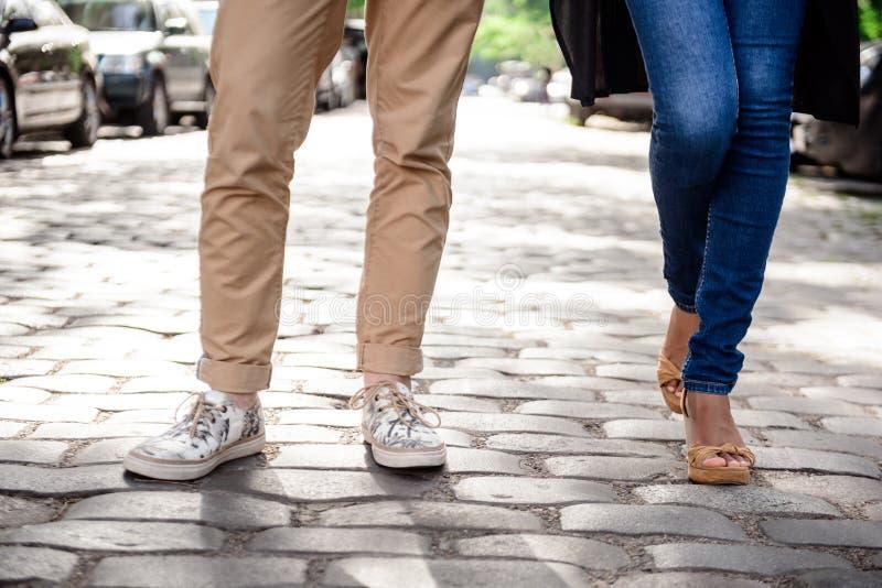 Zakończenie up par nogi w keds stoi przy ulicą zdjęcia stock