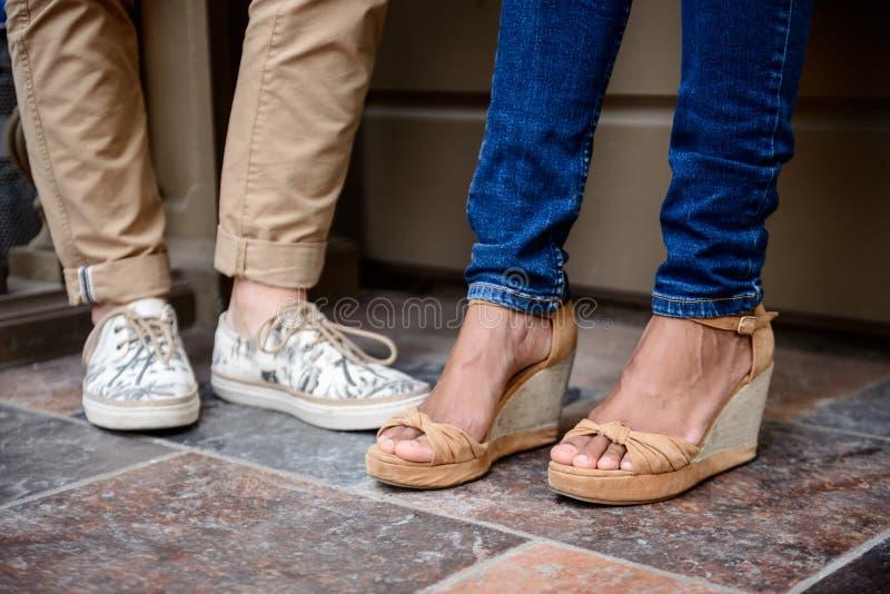 Zakończenie up par nogi w keds stoi przy ulicą obrazy stock