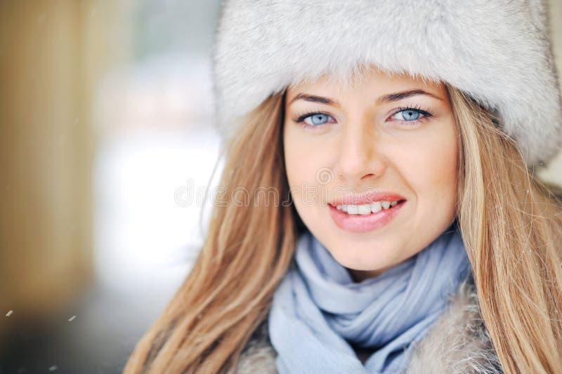 Piękna dziewczyny twarz w zima futerkowym kapeluszu obrazy stock
