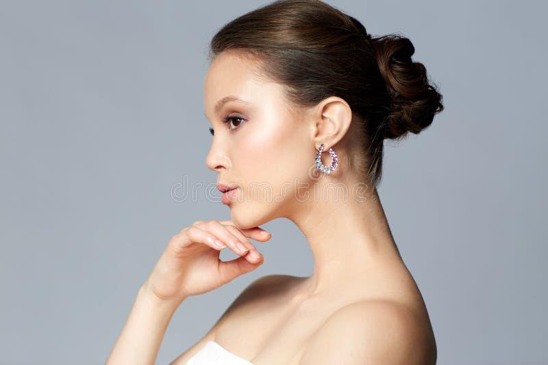 Zakończenie up piękna kobiety twarz z kolczykiem fotografia stock