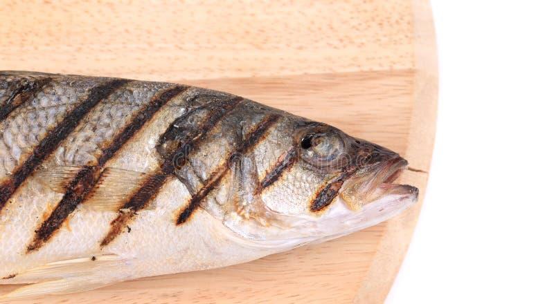 Zakończenie up piec na grillu seabass ryba na półmisku obraz stock