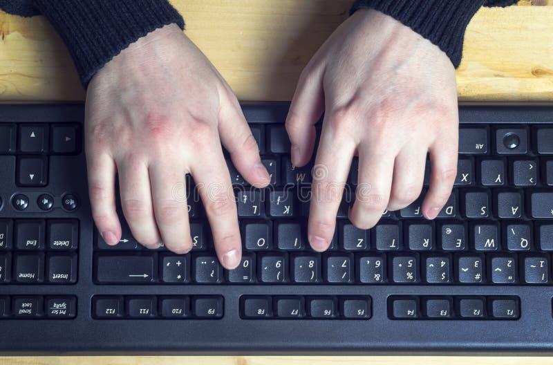 Zakończenie up pisać na maszynie kobiet ręki na klawiaturze fotografia stock