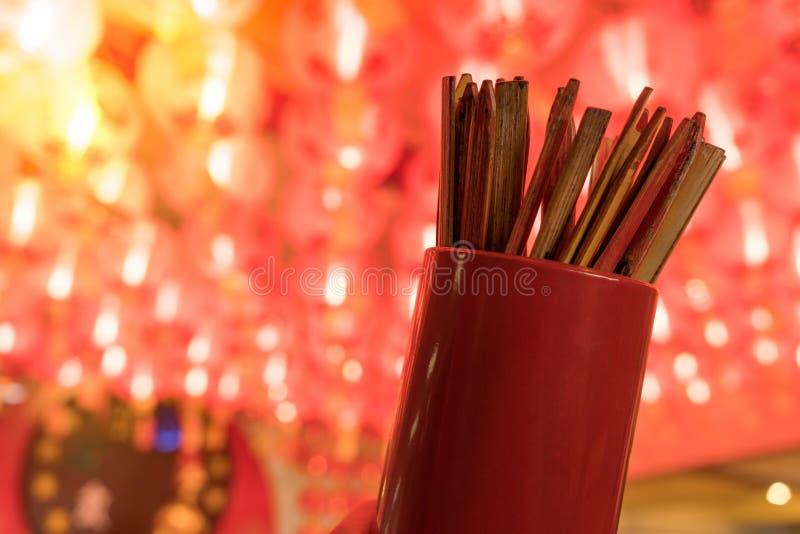 Zakończenie up pomyślność kije lub Chi kije, potrząśnięcie dla przyszłościowego pierwszego planu z czerwoną Chińskiego papieru la obrazy stock