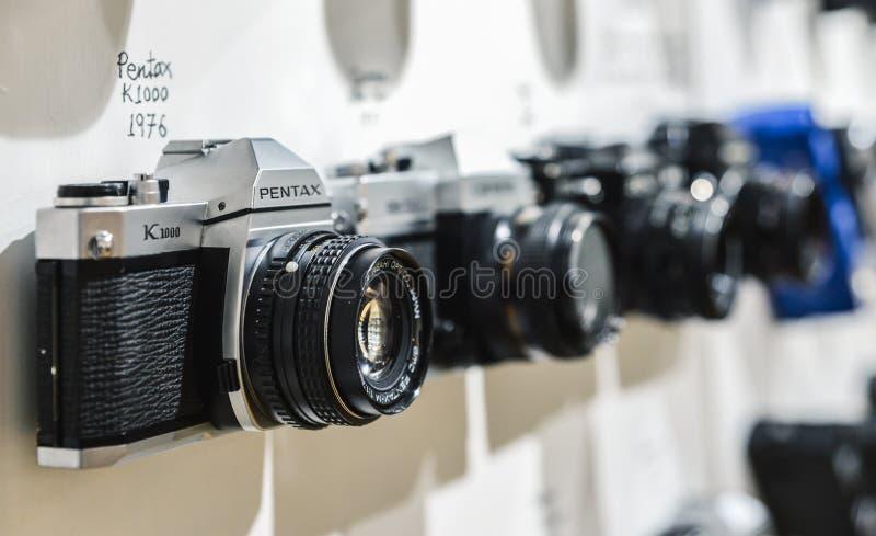 Zakończenie up rocznika filmu kamera Pentax K1000 od 1976 z zamazanym tłem inne rocznik kamery od okresu zdjęcie royalty free