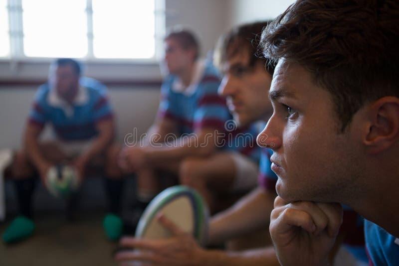Zakończenie up rozważna rugby drużyna patrzeje daleko od obraz stock