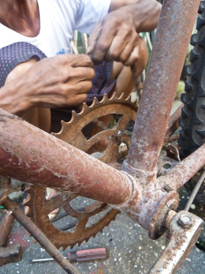 Zakończenie up stara bicykl rama, korba z rękami repairman i obrazy royalty free