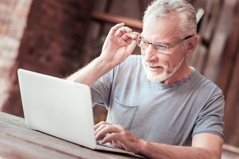 Zakończenie up starsza osoba mężczyzna z laptopem obrazy royalty free
