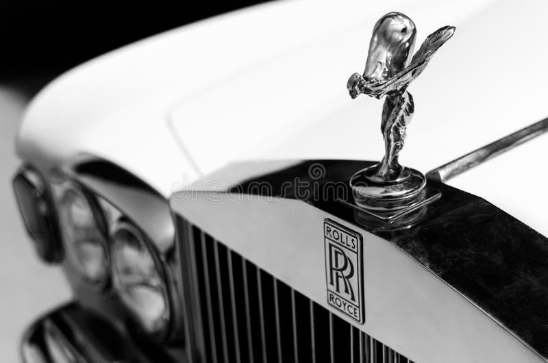 Zakończenie up strzelał kapiszonu ornamentu ` duch ekstazy ` i logo rocznika Rolls Royce samochód Selekcyjna ostrość na kapiszoni obrazy stock