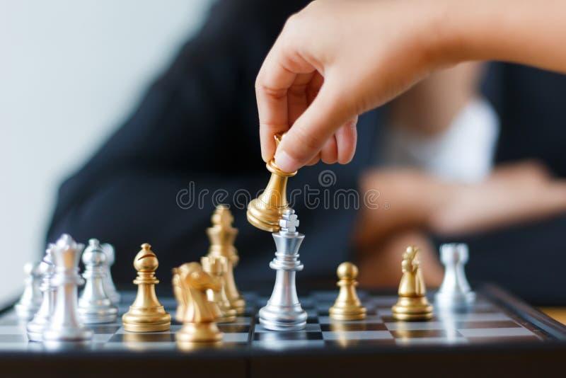Zakończenie up strzelał rękę rusza się złotego szachy porażka i ki dziecko zdjęcia royalty free