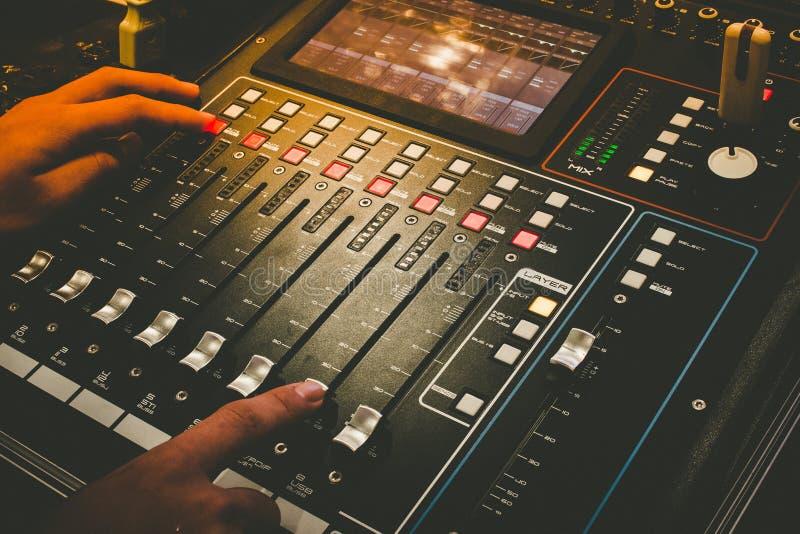 Zakończenie up techniczna ręka z muzyczną melanżeru wyrównywacza konsolą dla melanżer kontrola dźwięka przyrządu obraz royalty free