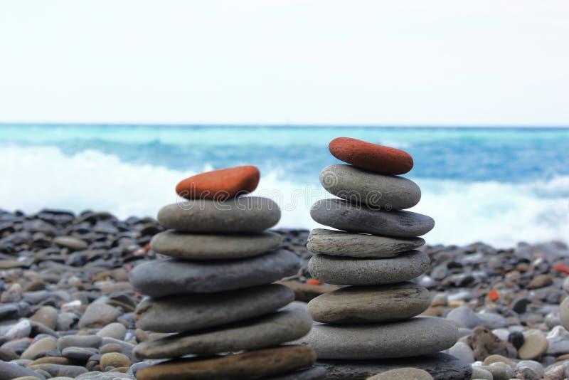 Zakończenie up ułożony kamień w plaży z zamazanym dennym tłem odbitkowa przestrzeń - niekonwencjonalny mapy przedstawicielstwo - zdjęcia stock