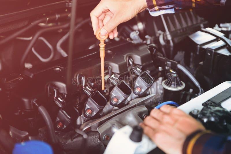 Zakończenie up wręcza sprawdzać lube nafciany poziom samochodowy silnik od głębokiego obrazy royalty free