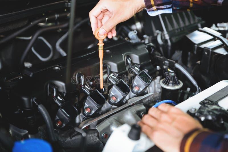 Zakończenie up wręcza sprawdzać lube nafciany poziom samochodowy silnik od głębokiego zdjęcie stock