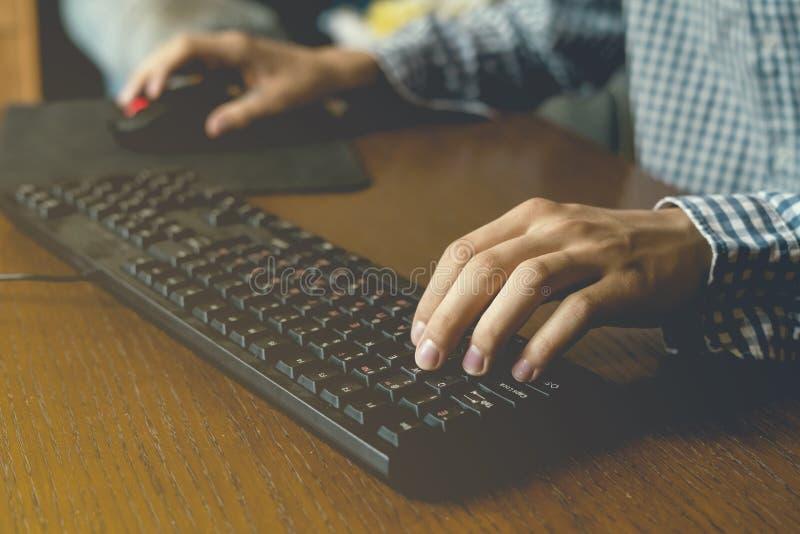Zakończenie up wręcza sztuce wideo gry na komputerze stacjonarnym na stole w domu używać myszy i klawiaturę fotografia stock