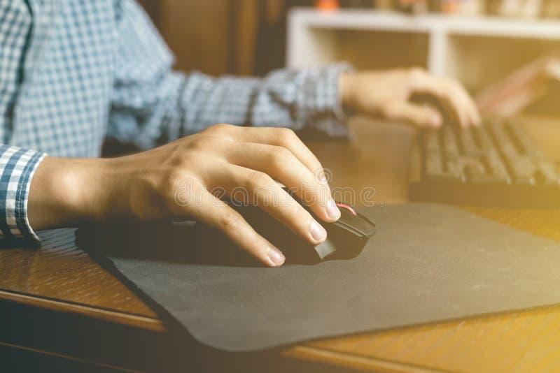 Zakończenie up wręcza sztuce wideo gry na komputerze stacjonarnym na stole w domu używać myszy i klawiaturę obraz royalty free