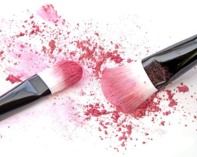 Zakończenie up zdruzgotany rumieniec na białym tła i kosmetyka muśnięciu obraz stock