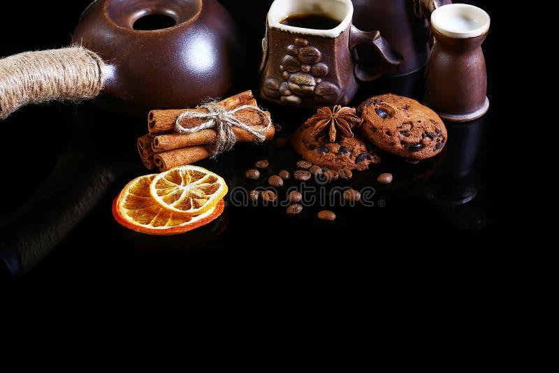 Zakończenie ustawiający kaw naczynia, kawy espresso kawa, mleko i kakao łyżka, round crunchy czekoladowi ciastka z kawowymi fasol fotografia royalty free