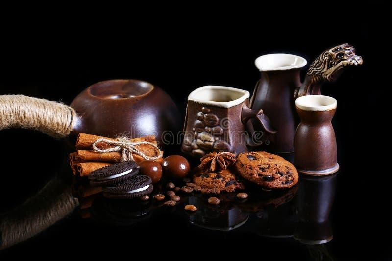 Zakończenie ustawiający kaw naczynia, kawy espresso kawa, mleko, round crunchy czekoladowi ciastka z kawowymi fasolami, kije cyna zdjęcia royalty free