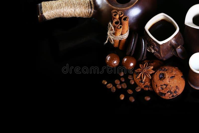 Zakończenie ustawiający kaw naczynia, kawy espresso kawa, mleko, round crunchy czekoladowi ciastka z kawowymi fasolami, kije cyna obrazy royalty free