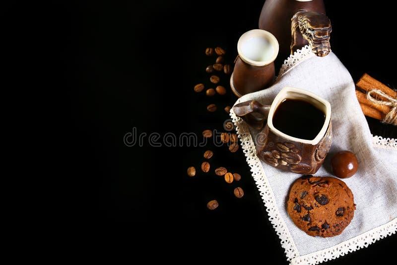 Zakończenie ustawiający kaw naczynia, kawy espresso kawa, mleko, round crunchy czekoladowi ciastka z kawowymi fasolami, kije cyna fotografia stock