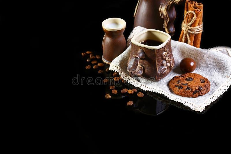 Zakończenie ustawiający kaw naczynia, kawy espresso kawa, mleko, round crunchy czekoladowi ciastka z kawowymi fasolami, kije cyna zdjęcia stock