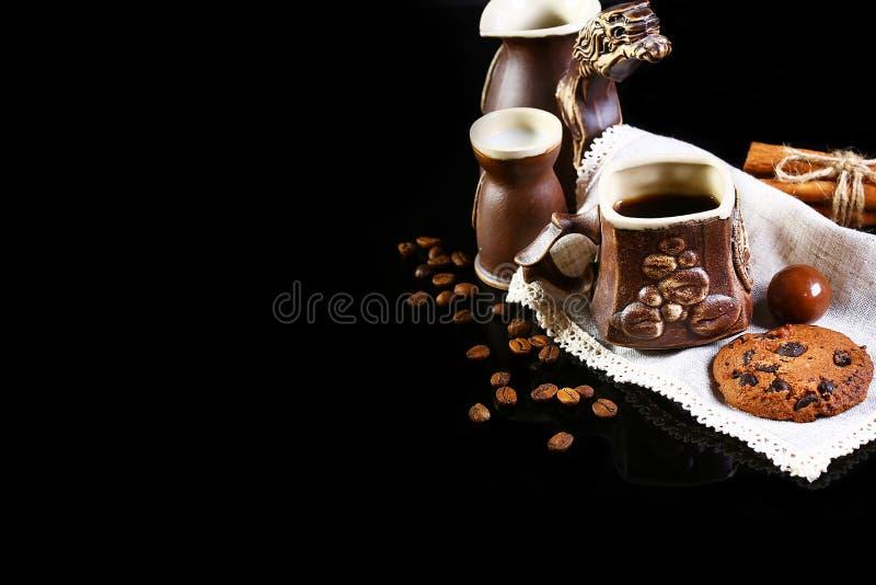 Zakończenie ustawiający kaw naczynia, kawy espresso kawa, mleko, round crunchy czekoladowi ciastka z kawowymi fasolami, kije cyna fotografia royalty free