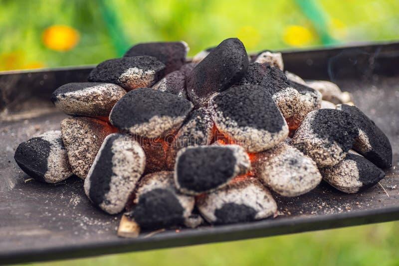 Zakończenie węgiel drzewny up brykietuje gotowego dla grilla grilla w ogródzie fotografia stock