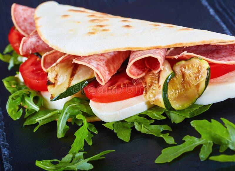 Zakończenie włoscy kanapka opakunki, piadina lub fotografia stock