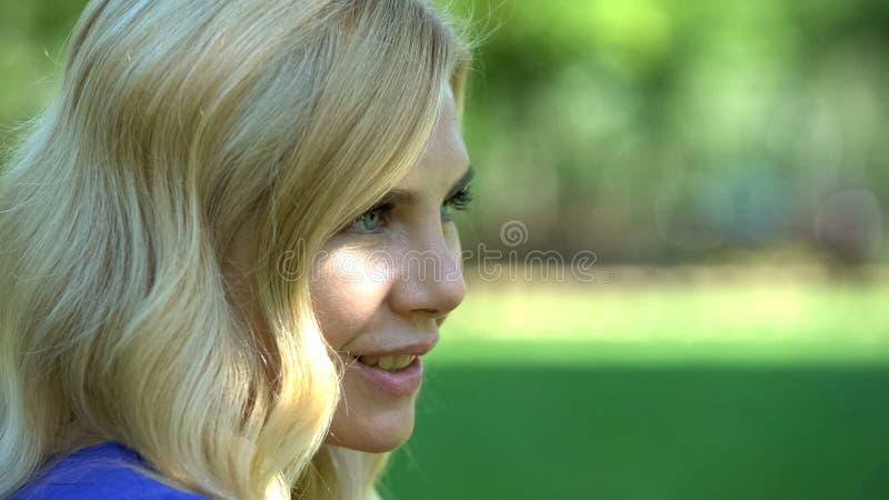 Zakończenie w górę ładnej kobiety ono uśmiecha się w miasto parku, flirtujący z mężczyzną, romantyczna data zdjęcie stock