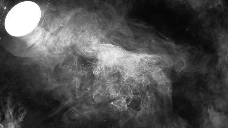 Zakończenie w górę światło reflektorów dymu, mgła skutek na pustej scenie z kopii przestrzenią obrazy royalty free