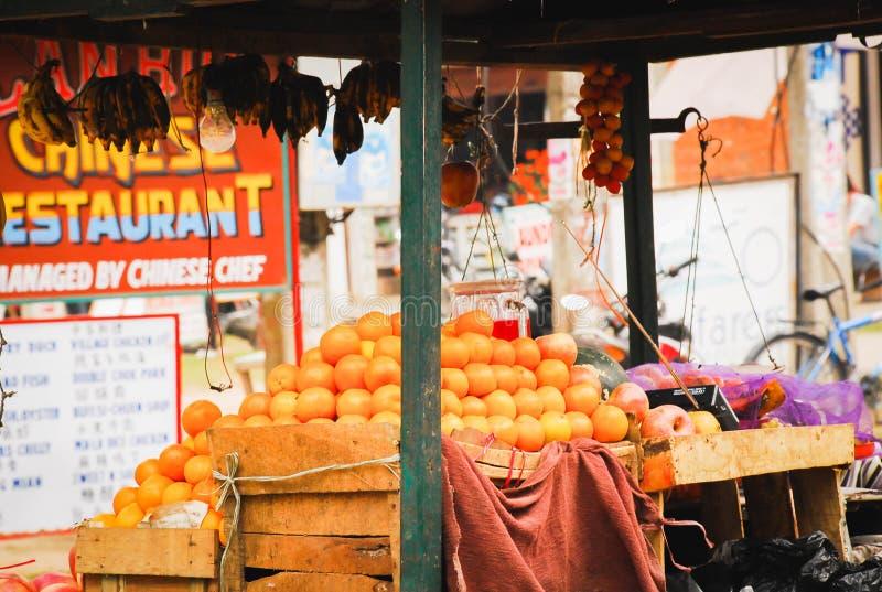 Zako?czenie w g?r? ?wie?ej owoc kramu przy sklepem obok drogowego Nepal obraz stock
