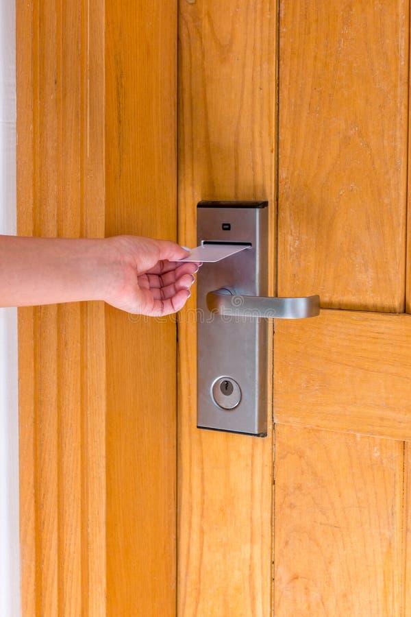 Zakończenie w górę żeńskiego ręka chwyta kluczowej karty i otwiera elektronicznego kędziorka drzwi obrazy royalty free