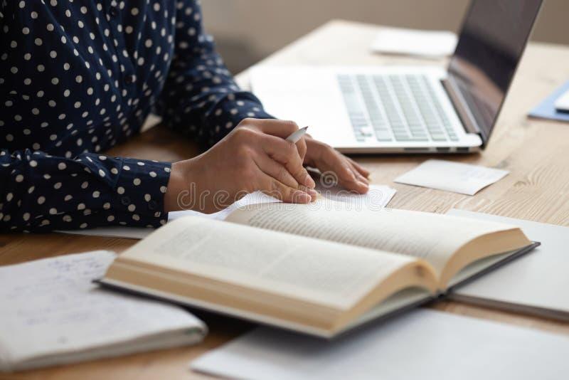 Zakończenie w górę żeńskiego ucznia czyta książkowego narządzanie dla egzaminu zdjęcia royalty free