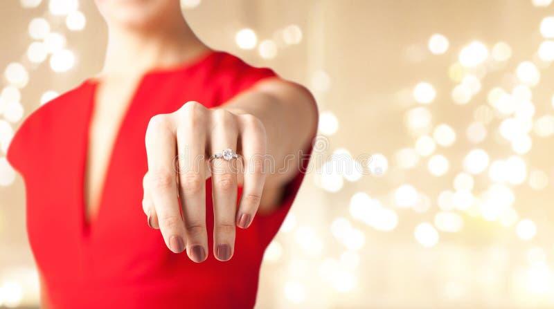 Zakończenie w górę żeńskiej ręki z diamentowym pierścionkiem obraz royalty free