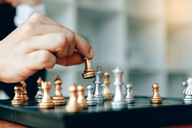 Zakończenie w górę biznesmen ręki rusza się królewiątko w szachowej grą dla wygrany fotografia royalty free