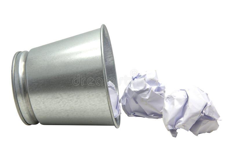 Zakończenie w górę blaszanego wiadra z zmiętą papierową piłką Z ścinek ścieżką zdjęcie stock
