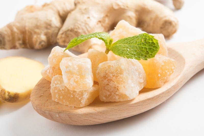 Zakończenie w górę candied krystalizujących imbirowych cukierków kawałków na drewnianej łyżce fotografia royalty free