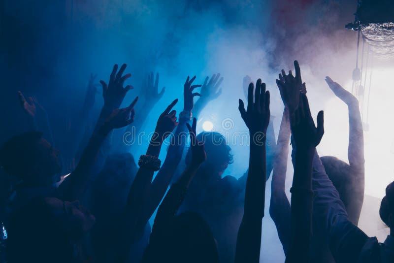 Zakończenie w górę cropped fotografii ludzie podnosił ręki w w górę błękitnego whire s zdjęcia stock