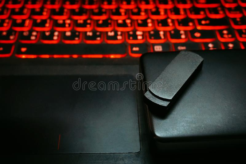 Zakończenie w górę czarnego usb błysku przejażdżki pamięci kija i przenośny usuwalny zewnętrznie dyska twardego magazyn na laptop obrazy stock
