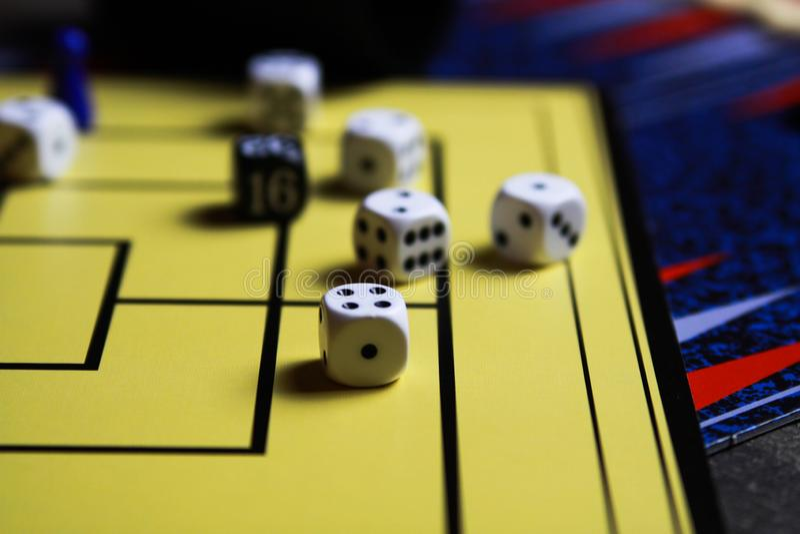 Zakończenie w górę dices na żółtej gry desce zdjęcie stock
