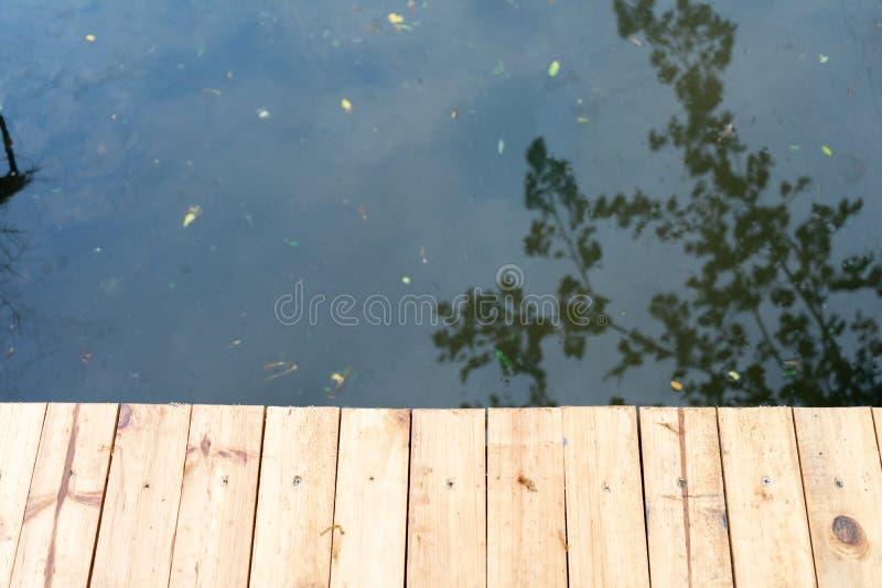 Zakończenie w górę drewno mostu z czarnym chanel w tle obraz royalty free