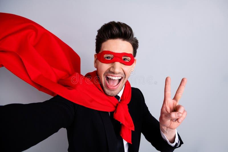 Zakończenie w górę fotografia awanturniczego wyrazu twarzy on jego mężczyzny latanie używa supermocarstwo robi wp8lywy selfies pr obraz stock